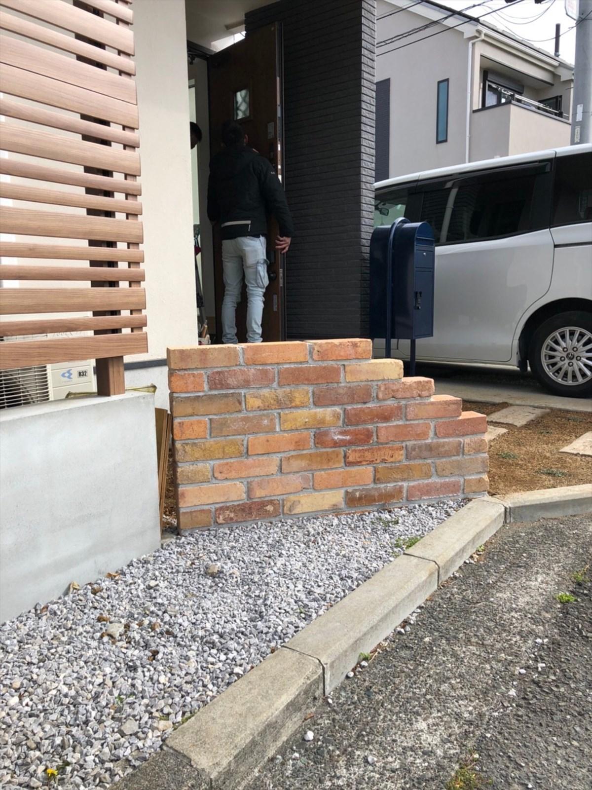低くブロックを積んだシンプルなアクセント|横浜リノベーション