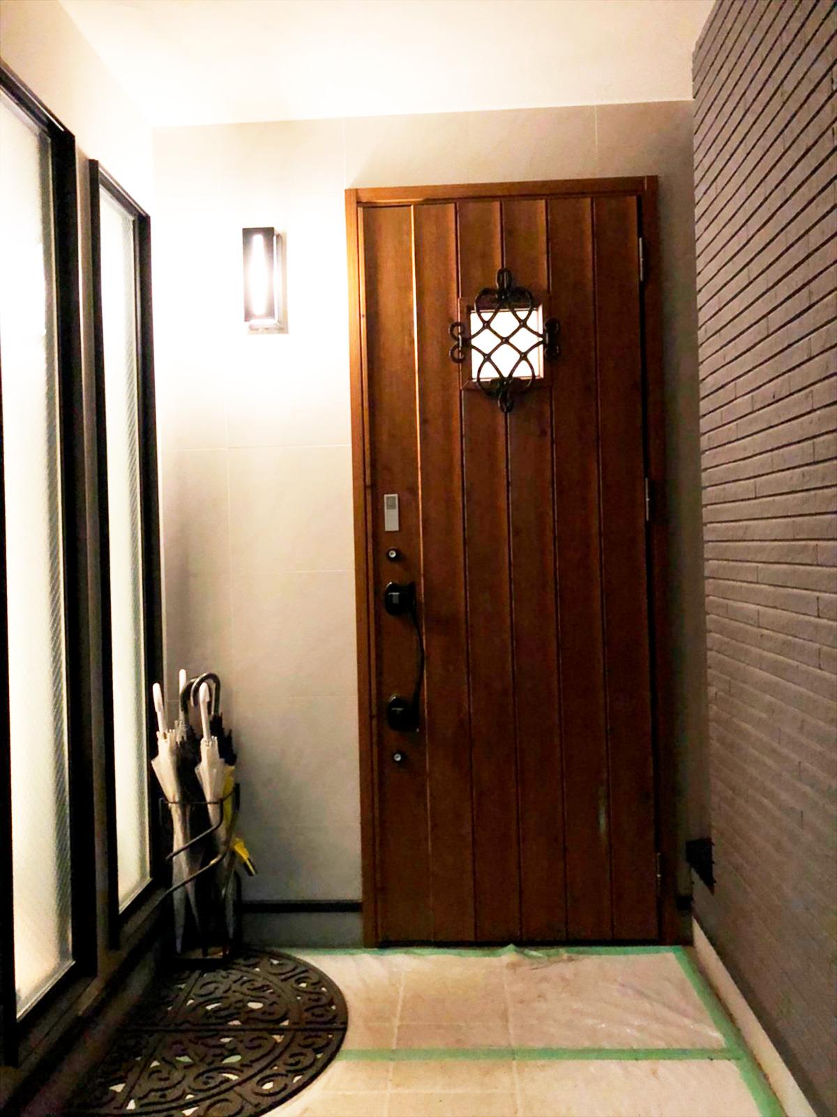 木材のドアへと外構もリノベ|横浜リノベーション