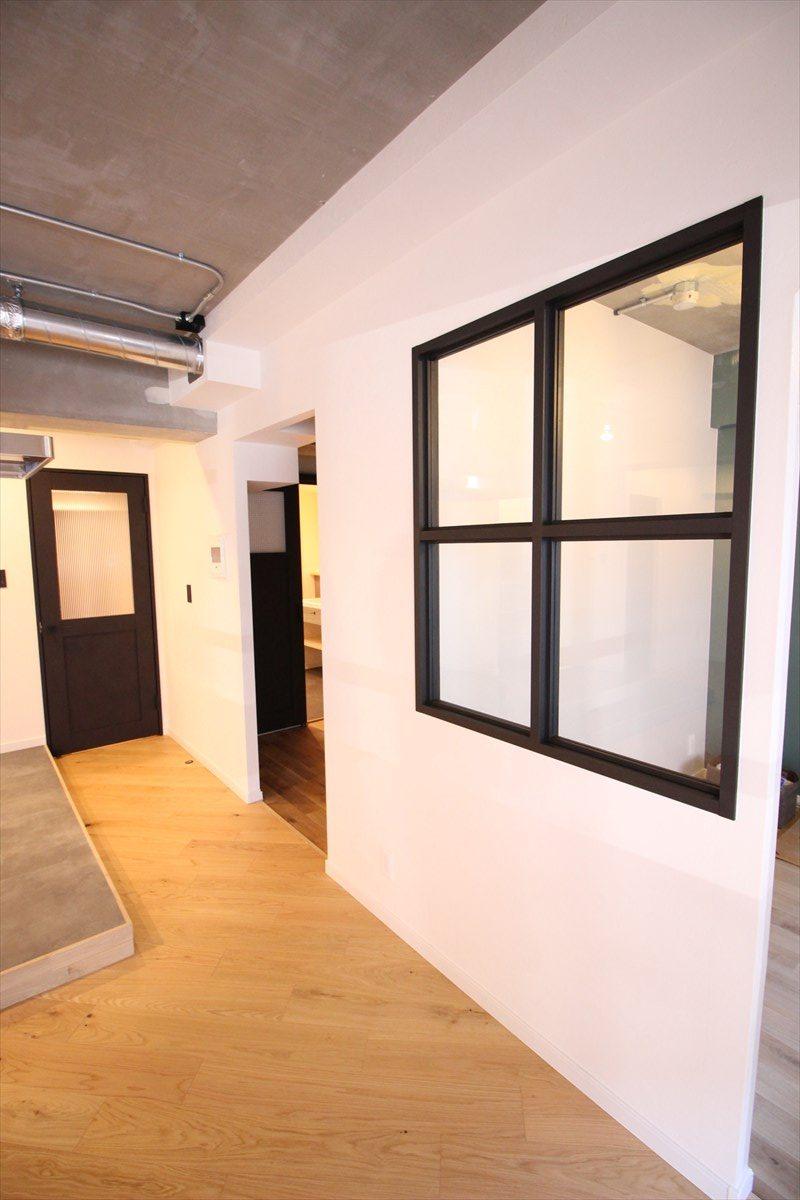リビングの室内窓と扉をブラックで統一|横浜リノベーション