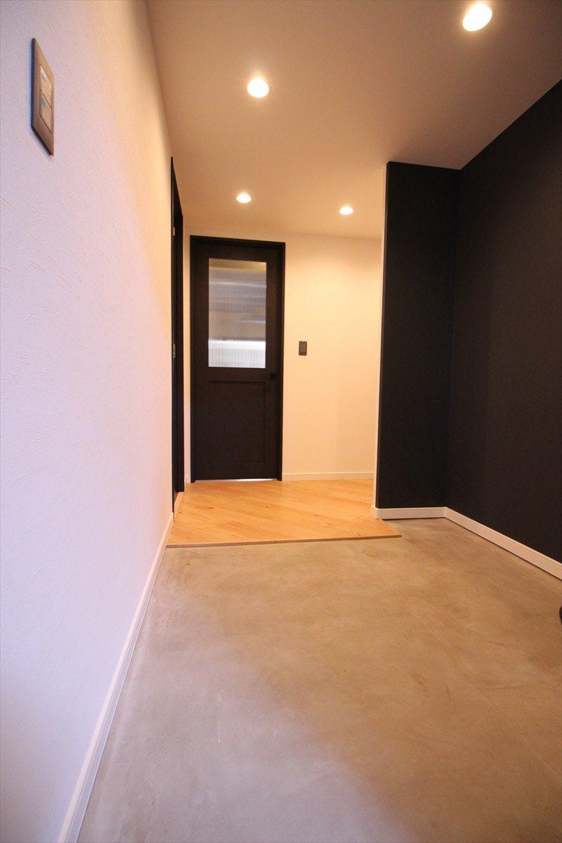 土間を広くし、ブラック&木の床でオシャレな段差のない玄関|横浜リノベーション