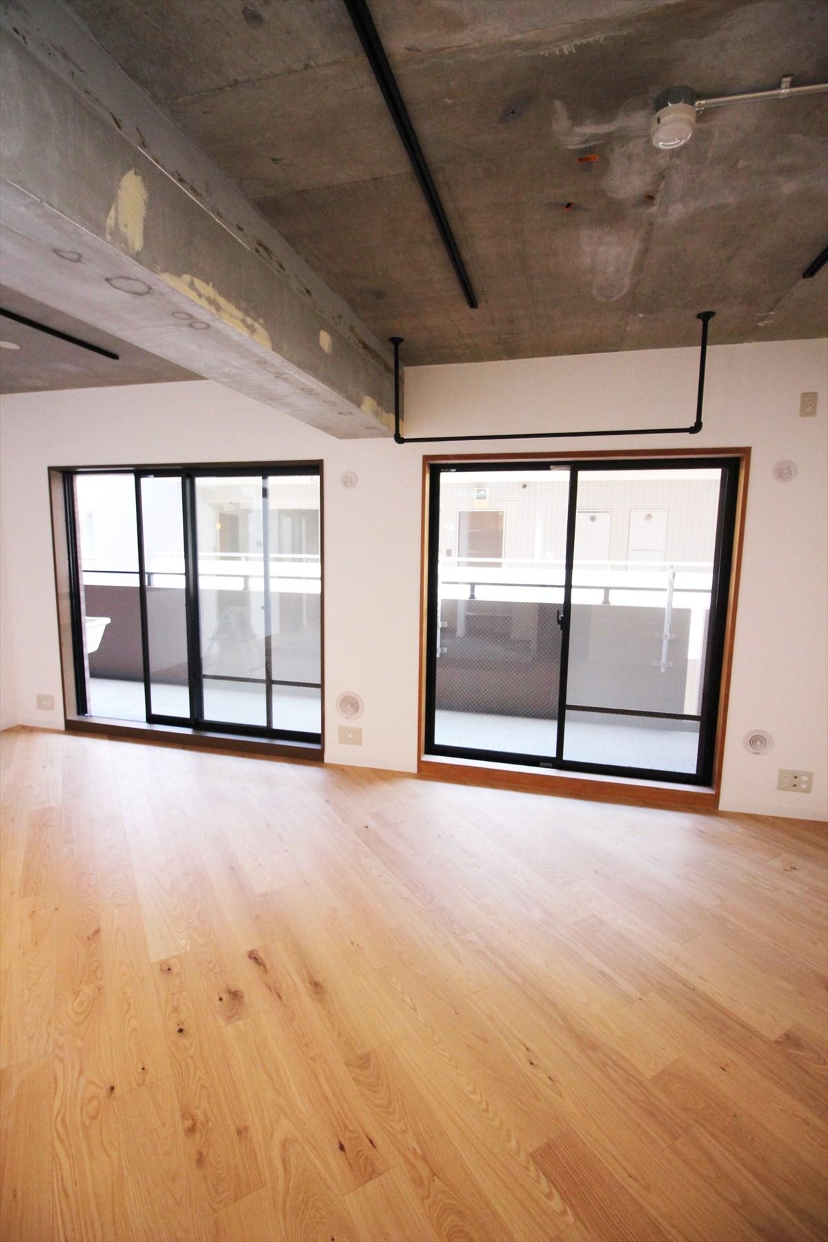 モルタル天井のインダストリアルと斜めデザインの木の床|横浜リノベーション