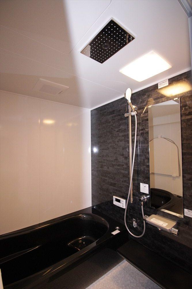 ブラック系のシックなシングル向けバスルーム|横浜リノベーション