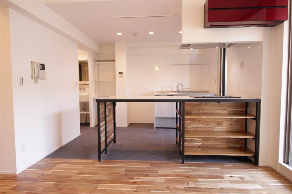 キッチンに見えない木目&アイアンの男前IHコンロ&ダイニング 横浜リノベーション
