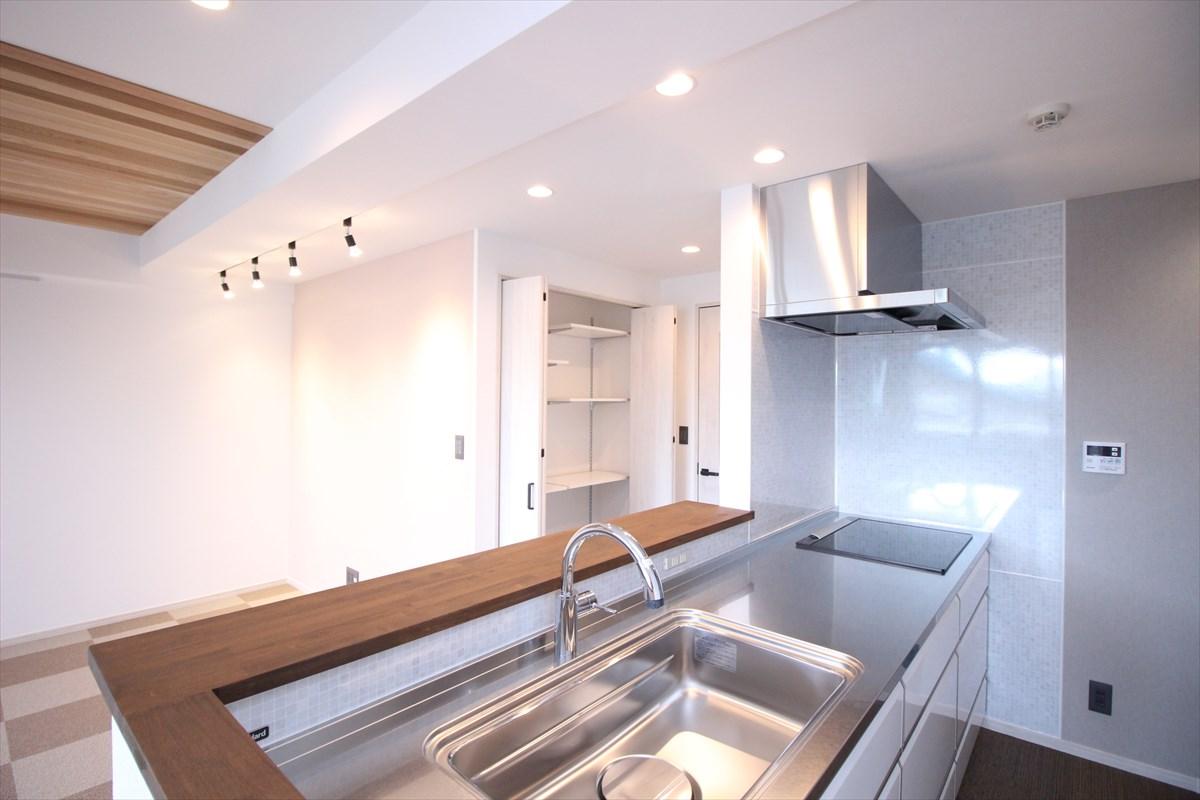 LDK全体が見渡せるキッチン リノベーション横浜