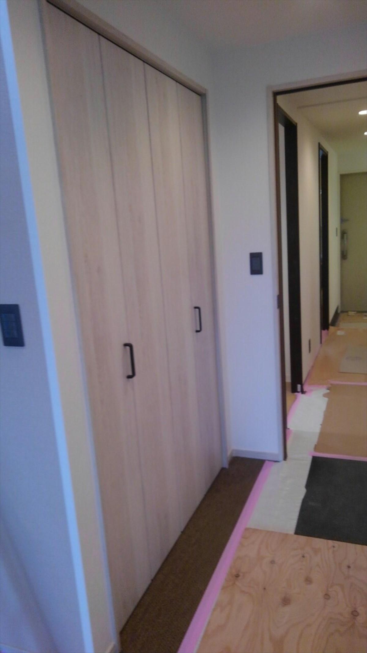 リビング内にある可動棚と扉付きの収納 リノベーション横浜