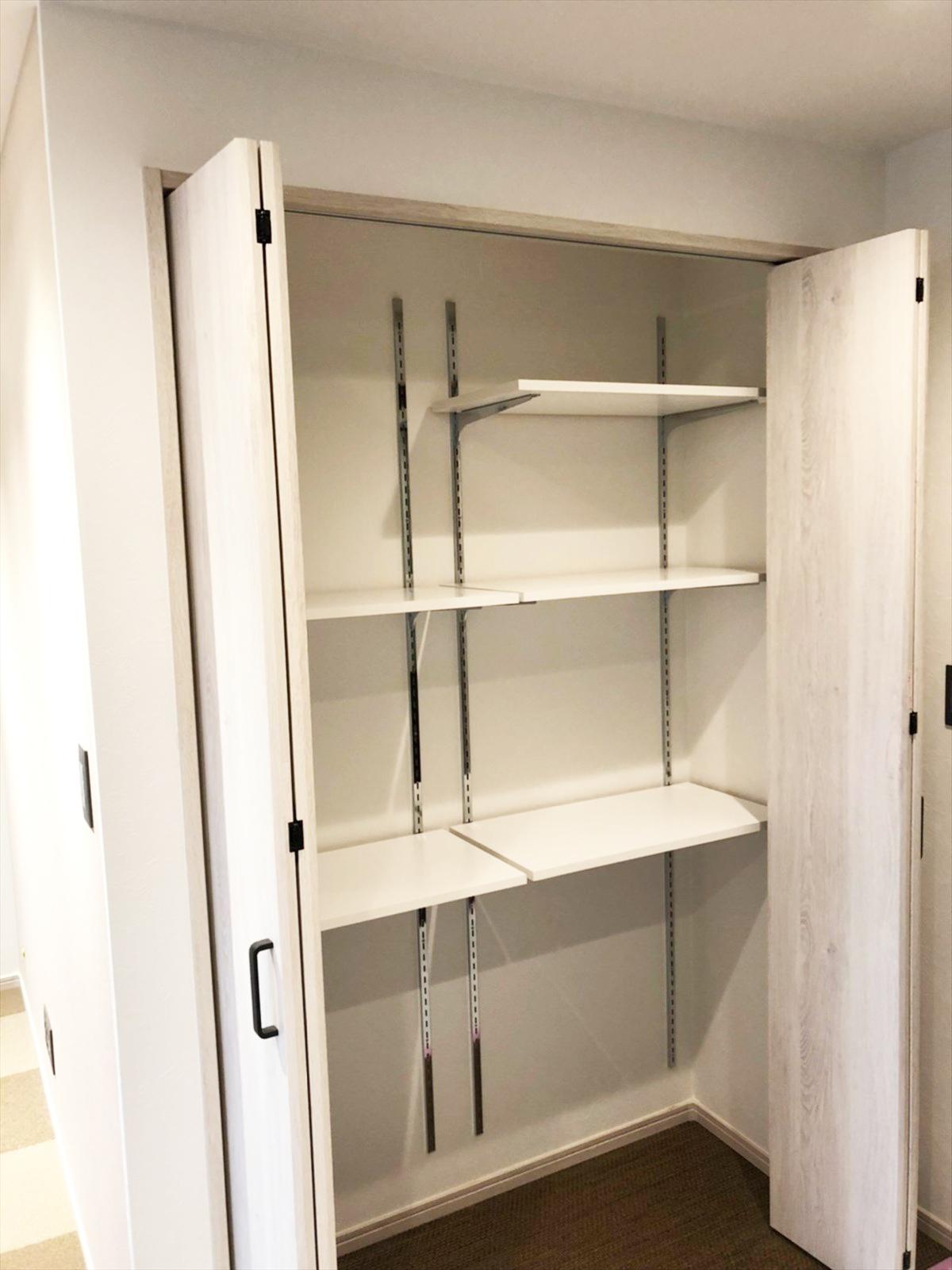 リビングの扉付き可動棚収納|リノベーション横浜