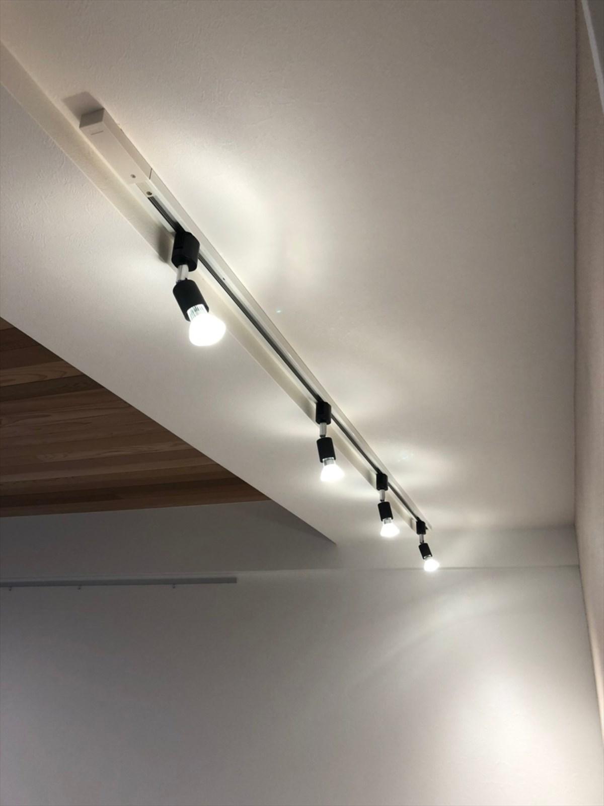 梁に設置したライティングレールとリビングの照明 リノベーション横浜