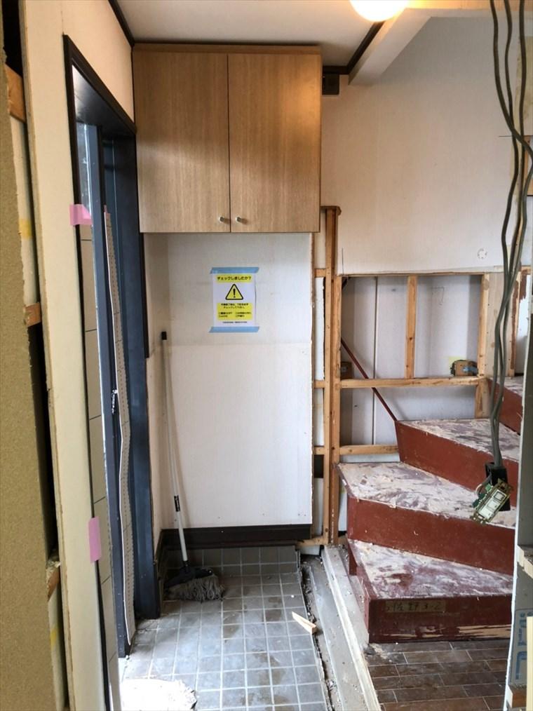 リノベーション前の玄関と階段 リノベーション神奈川・横浜